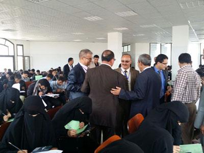 رئيس جامعة ذمار ونائبه لشؤون الطلاب يدشنا امتحان القبول للطلاب المتقدمين لكلية الطب والعلوم الصحية