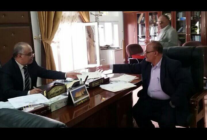 وزير الخدمة المدنية يناقش مع رئيس جامعة ذمار وضع المتعاقدين بالجامعة.